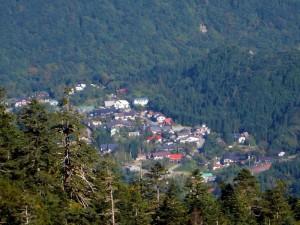 焼岳展望台から中尾温泉郷を遠望する