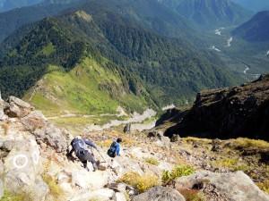 焼岳北峰付近の稜線から中尾峠へ