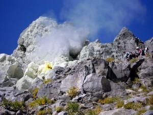 焼岳頂上の噴気孔下の登山道を行く
