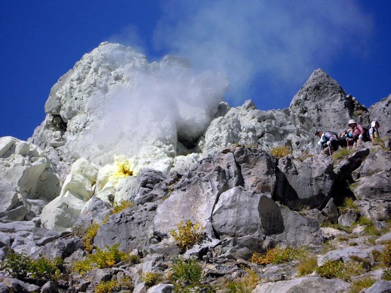 焼岳頂上の噴気孔下の登山道を行...