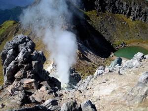 焼岳頂上火口湖と噴気