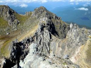 焼岳頂上北峰から見た火口(インキョ穴)