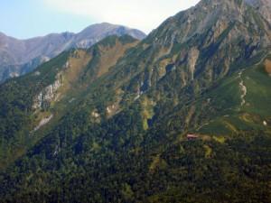 焼岳頂上から見た西穂山荘の赤い屋根