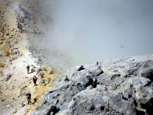 焼岳頂上、北峰と南峰を結ぶ稜線