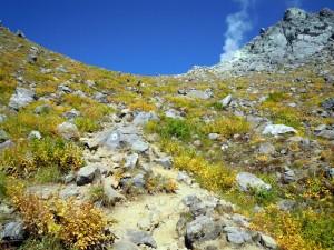 中ノ湯ルート、頂上間近の稜線と噴気