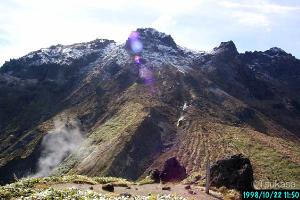 粉雪を被った焼岳。あっという間に冬に閉ざされる