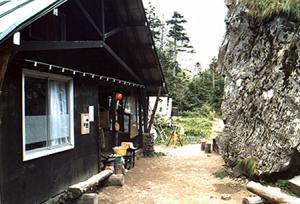 大きな石の前にある焼岳小屋